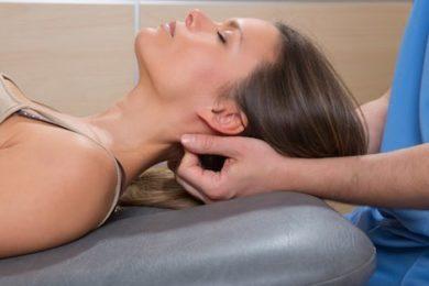 Manipulation vertébrale pour traiter maux de tête
