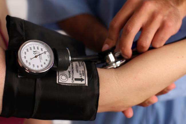 Aider la tension artérielle par la chiropraxie
